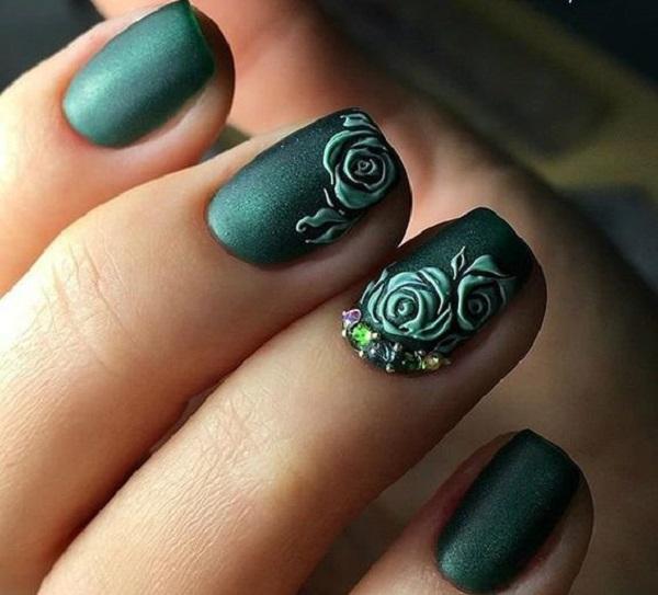 Elegáns méregzöld köröm rózsa mintával